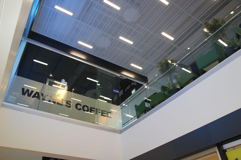 Scanmikael_Helglasräcke_Waynes_coffee_Drumsö_metrostation_Helsingfors